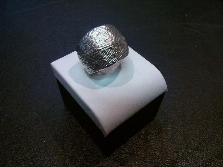 Anello massiccio in argento realizzato con l'antica tecnica della fusione in osso di seppia. Realizzabile anche in oro.