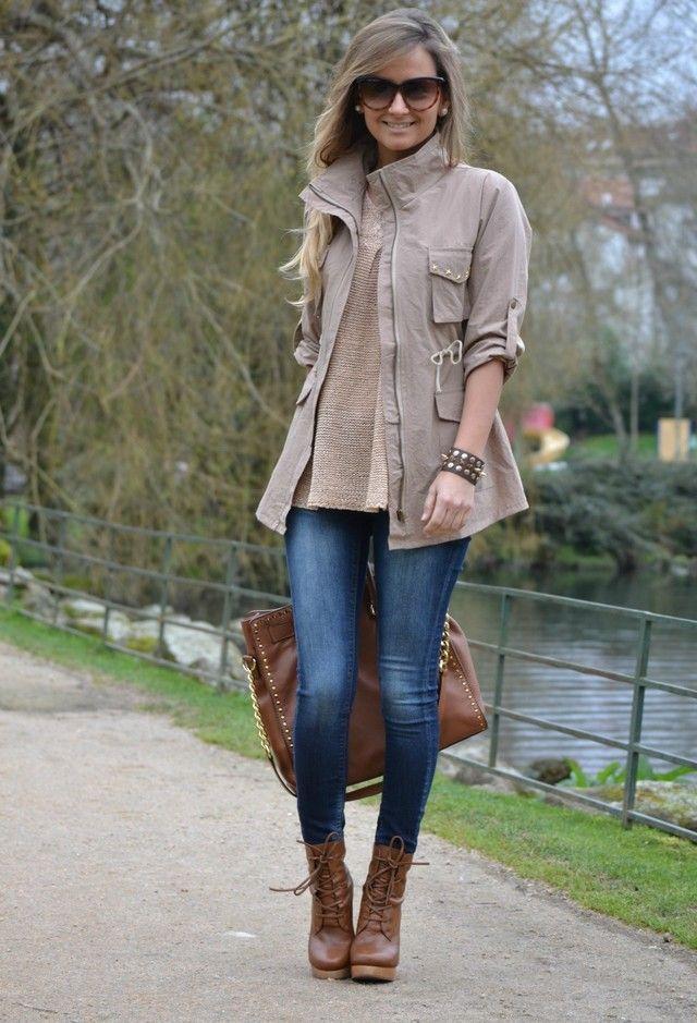 Acheter la tenue sur Lookastic:  https://lookastic.fr/mode-femme/tenues/veste-militaire-pull-a-col-rond-jean-skinny-bottines-a-lacets-sac-fourre-tout-lunettes-de-soleil-bracelet/4854  — Lunettes de soleil brunes  — Bracelet brun  — Veste militaire grise  — Pull à col rond beige  — Sac fourre-tout en cuir à clous brun  — Jean skinny bleu  — Bottines à lacets en cuir brunes
