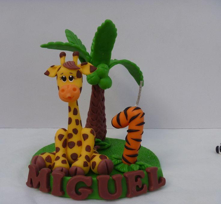 Topo de bolo girafa, com velinha coqueiro e nome em biscuit - Tema safári na base acrílica redonda de 15 cm de diâmetro.  Altura Mais ou menos 15 cm.