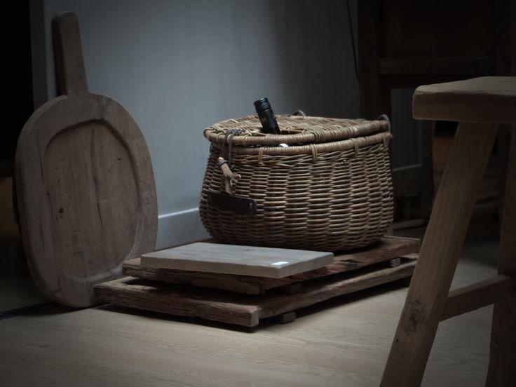 Riet en hout is een mooie combinatie voor accessoires.