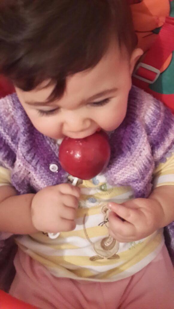 Elma şekeri elma şekeri yerken