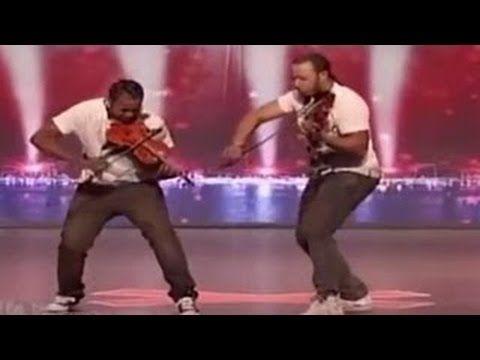 """dos jóvenes negros están sintiendo los dos instrumentos """"de América tien..."""