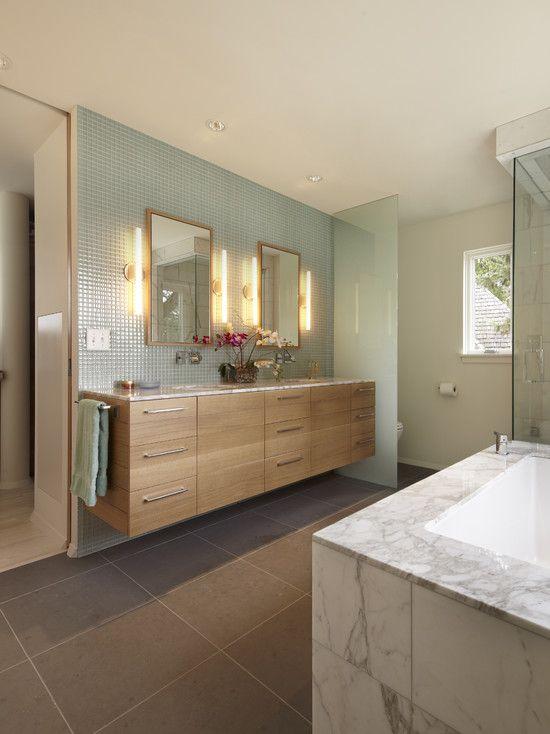 Banheiro com armário em madeira
