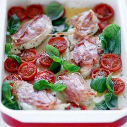 Piersi kurczaka zapiekane pod szynką serrano, z pomidorkami i bazylią