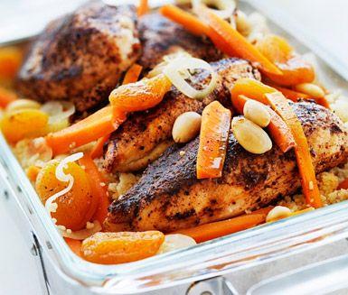 Kryddstekt kyckling med couscous, mandel och aprikoser | Recept ICA.se
