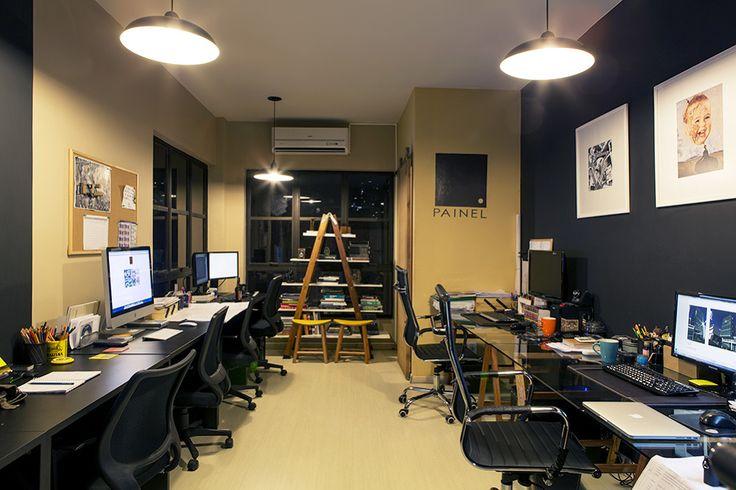 Painel Arquitetos Associados - Casa Aberta ////// Mesa dos arquitetos lideres em vidro e cadeira melhor. Mesa dos colaboradores preta básica... uma do lado da outra, para ocupar menos espaço. Estante-escada.