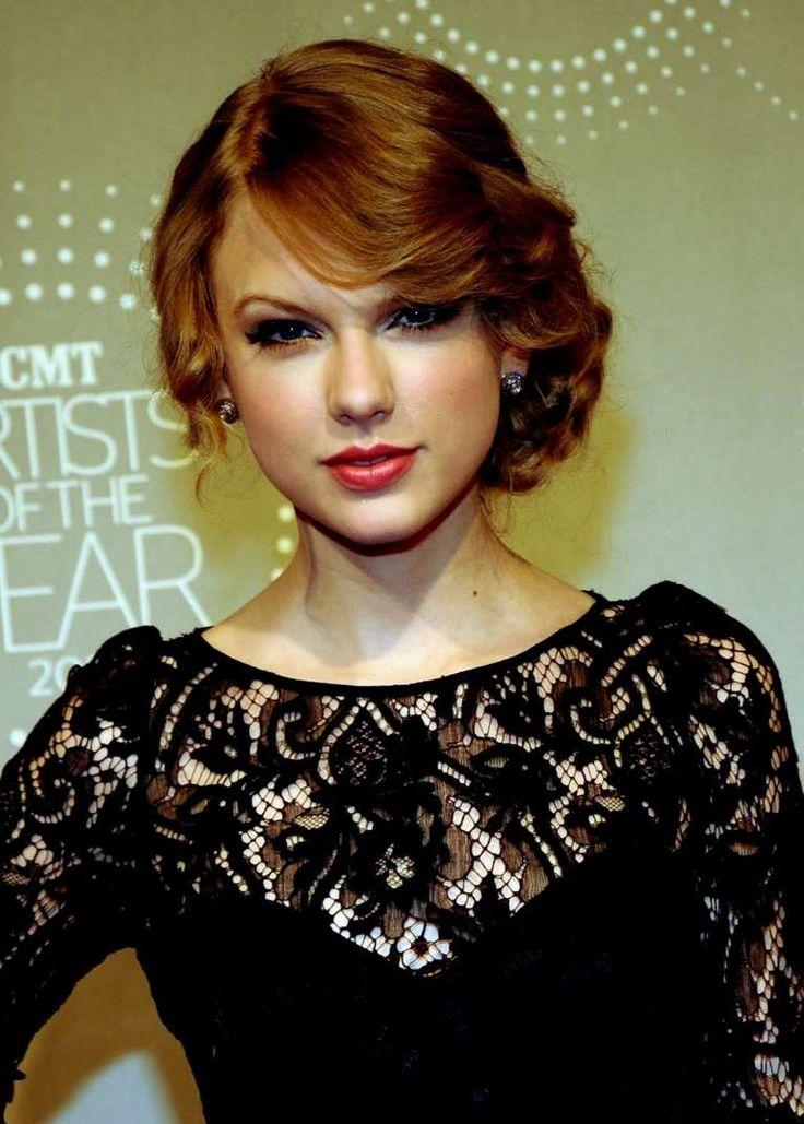 Taylor Swift acconciatura laterale capelli medi - Semiraccolto laterale con onde mosse in stile vintage come Taylor Swift, tra le acconciature per capelli medi.