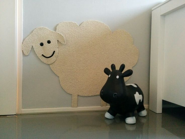 De wanddecoratie op de slaapkamer van onze peuter: een schaap gemaakt uit een strook vloerbedekking.  The decoration in the nursery made out a piece of carpet.  #nursery #babykamer #deco #decoration #decoratie