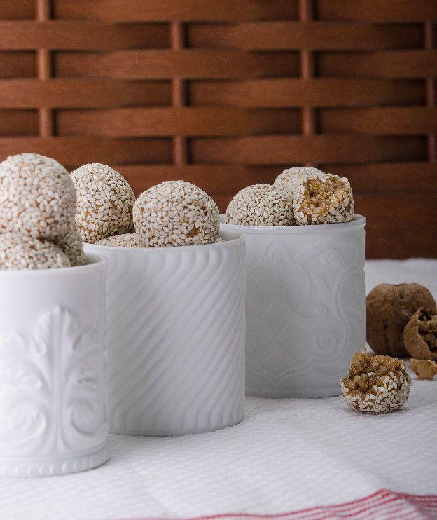 Μπουκιές με καρύδια και σουσάμι