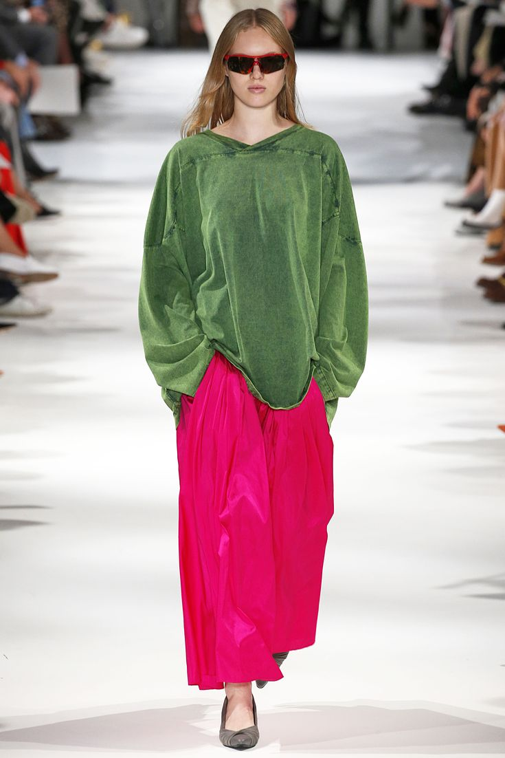 Stella McCartney SS18: Boiler Suits, Big Silhouettes And Bold Prints
