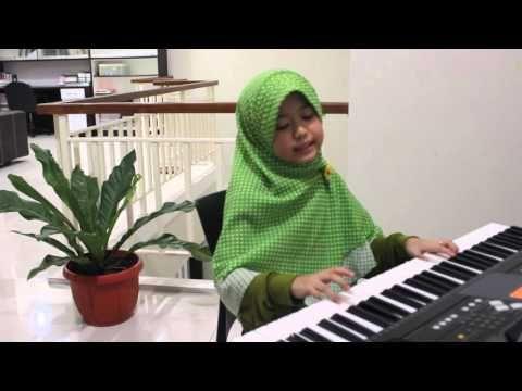 Gadis kecil berjilbab main piano lagu IBU Haddad Alwi - YouTube