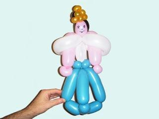 Платье с мантией для куклы. Мода и дезайн из шариков
