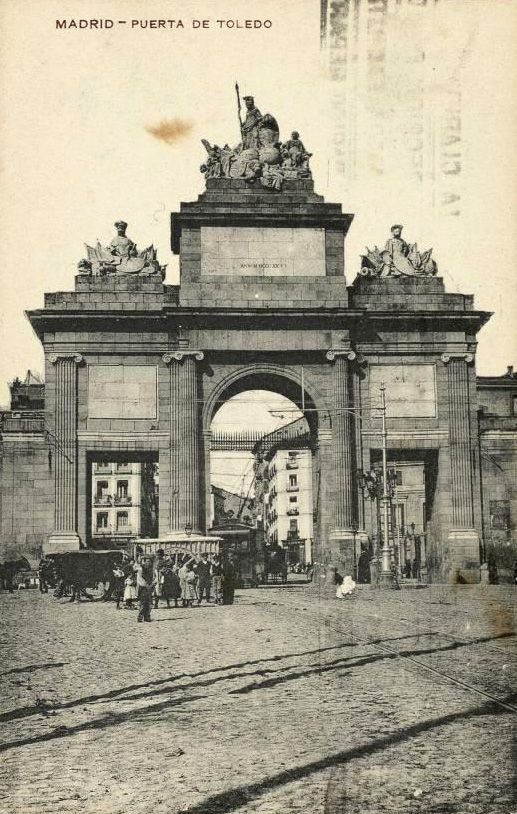 Puerta de Toledo, sobre 1915.   Tarjeta postal. Hauser y Menet. Museo de Historia (Madrid)