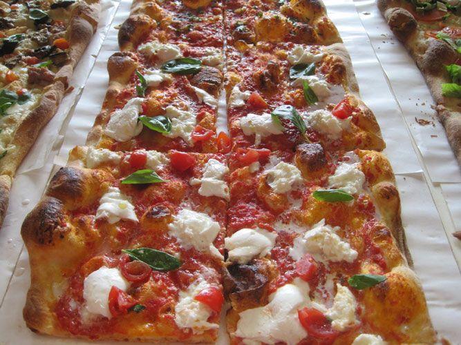 La semplice ricetta per preparare a casa vostra la squisita pizza al taglio, adatta a tutte le evenienze. I consigli per ottenere una cottura perfetta...