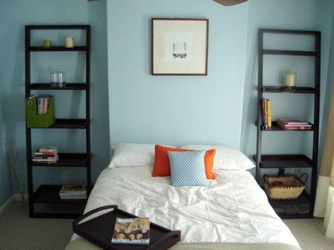 Luchtig en praktisch slaapkamer idee ... Licht blauwe muren, hoge plafond, schilderij aan het hoofd van het bed en boeken rekken aan elke kant in de plaats van bijzet tafltjes of kastjes ..