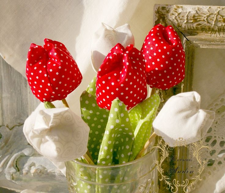 Tulipán jarní dekorace červená Jako dáreček nebo jen tak, sobě pro radost. Květ tulipánu je ušit z bavlněné látky veselých jarních barev , stonek - špejle je zabalen do velkého listu.  Tulipánek je vhodný jako zápich do květináče, nebo jen tak položit na poličku. Hezky vypadá i několik svazků ve vázičce. Barva červená Výška +- 16 cm , průměr květu 3,5 ...