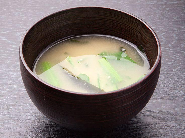 Le miso est une pâte fermentée de haricots de soja, utilisée comme condiment, très riche en vitamine B et en protéines, et excellent stimulant dépourvu d'effets secondaires. Les Japonais l'incorporent dans presque tout, et le savourent surtout sous forme de bouillon au petit déjeuner ou à midi.