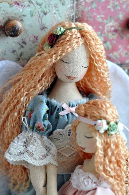 Купить или заказать Ангел 'Поговори со мною, мама...' в интернет-магазине на Ярмарке Мастеров. Первый человек к которому мы бежим со своими проблемами и переживаниями это - мама! Любая мама - это Ангел - Хранитель для своего ребенка, который убережет от любых бед! Желаю каждой женщине испытать счастье материнства! Девочка вынимается из рук мамы. куклы сшиты из льна, платье мамы из льна и красивейшего кружева нескольких видов. Платье дочери из тонкого батиста цвета пыльной розы.