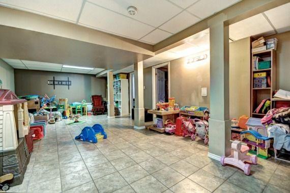 Grand bungalow de 4 CAC et 2 SDB, aucun tapis, immense salle familiale au sous-sol, grand garage attaché, piscine creusé avec une cours très privé, à proximité de tous les services et à 2 min de marche rapibus. Présentement garderie familiale. !!UNE VISITE S'IMPOSE!!