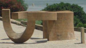 Esculturas sevillana por Eduardo Chillida utilizando el hormigón.