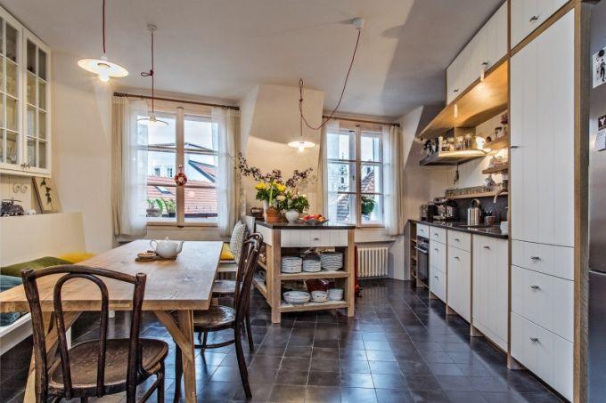 Jediným atypickým designem je jídelní stůl, který navrhli i vyrobili synové Jakuba Ciglera. Vše ostatní vyrobil na míru prostoru truhlář z Podkrkonoší