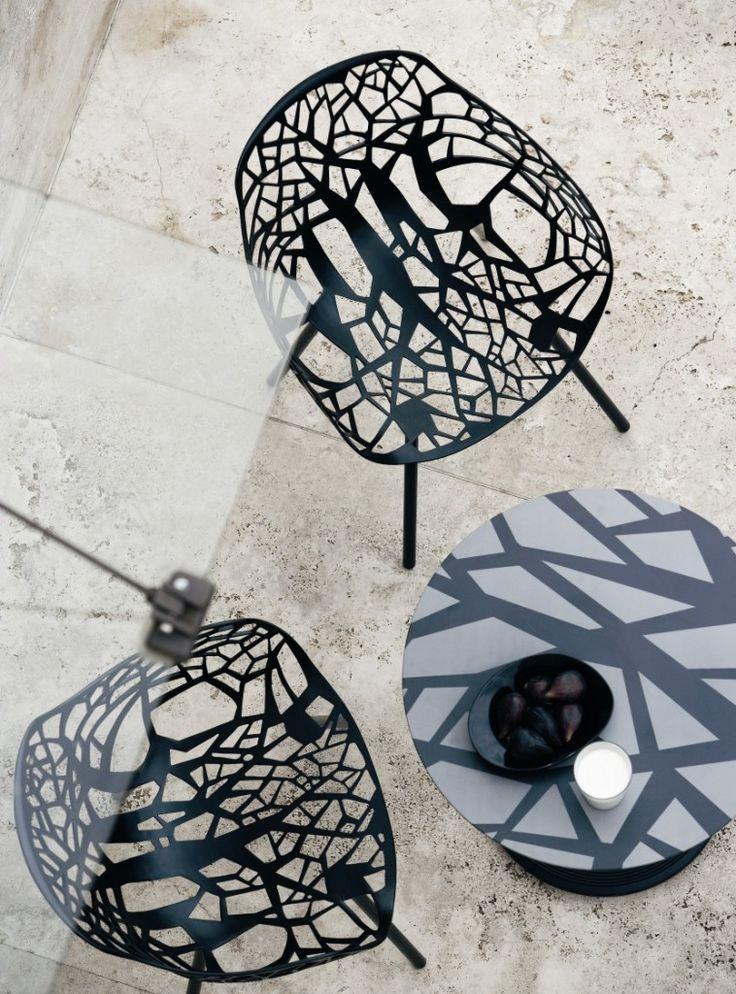 Stoel Forest van het Italiaanse merk Fast. Stoel is gemaakt van aluminium en met een poedercoat laag in een kleur afgewerkt. Stoel is geschikt voor binnen en buiten gebruik.