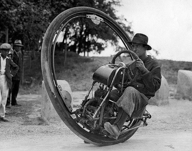 Motocicletta monoruota (Italia, 1931). Inventata da un certo M. Goventosa di Udine, poteva raggiungere una velocità massima di 150 km/h