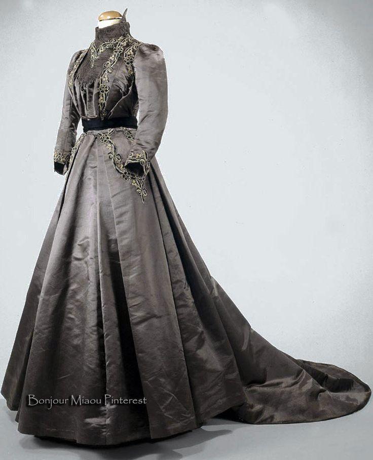 Afternoon dress ca. 1890s. Light gray silk satin with brown cotton twill lining. Museo Nacional do Traje e da Moda, Portugal