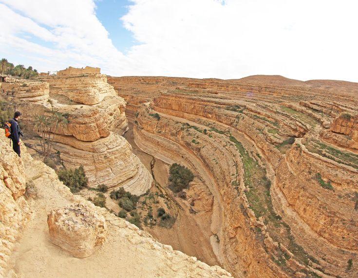 """Midès é um oásis de montanha, parte do """"circuito"""" que se faz a partir de Tozeur. A rocha exibe cores diferentes fazendo de Midès um cenário digno de filme."""