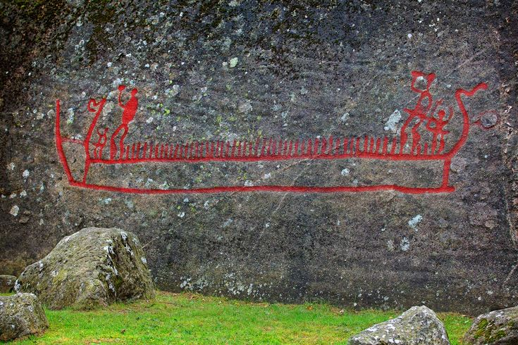 Bjørnstadskipet er Nord-Europas største helleristning.Bjørnstadskipet. Oppe i skipet står to potente menn med hevede økser som følges av hver sin mindre figur. Vi kan tenke oss at dette er høvdingene og deres nærmeste assistenter. I tillegg er det ikke færre enn 48 loddrette streker som vel markerer resten av mannskapet. Det er egnet til ettertanke - fantes det så store skip i bronsealderen?  https://www.fredrikstadoghvaler.no/