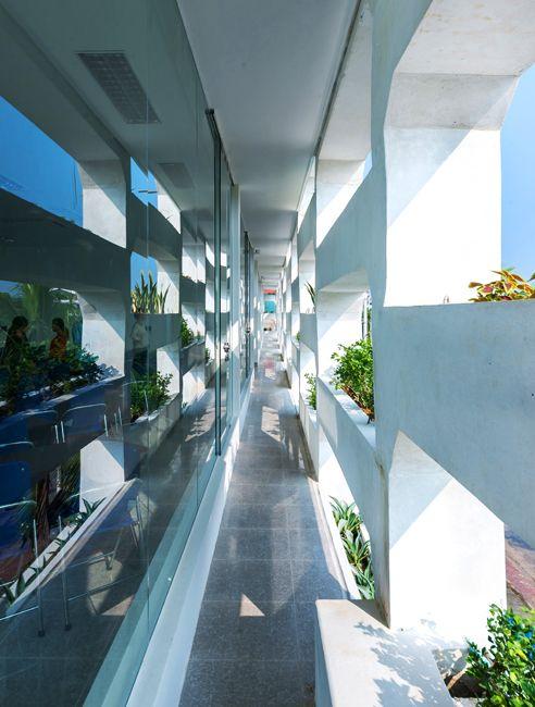 Эко-дизайн вьетнамского офиса. Подробнее: http://www.rdh.ru/site/arkhitektoora/3695--shtab-kvartira_srdp-iwmc_ot_hp_architects_vo_vetname/  #architecture #архитектура