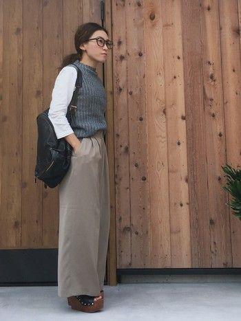 秋口にぴったりなベスト風の着こなし☆ ボトルネックノースリーブを使った秋冬ファッションコーデ。