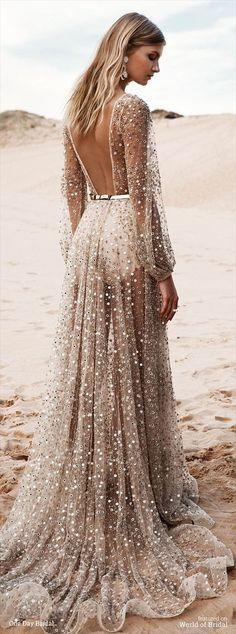 Cristal scintillant, mince et légère de fil, le corps femelle malin sous la robe de colis est encore plus belle.