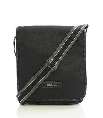 Černá univerzální taška přes rameno Enrico Benetti. Taška má přihrádku na tablet o maximálních rozměrech 22 x 24 cm. Po obvodě je lemovaná a drží tvar. Uvnitř jsou dvě kapsy bez zipu, na přední straně tři kapsy bez zipu a jedna se zipem. Klopa je na magnetický cvoček, součástí tašky je nastavitelný popruh.