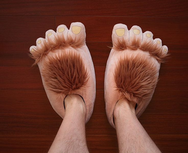 Oculta esos pies peludos, con estas pantuflas pies de monstruo, pero si descubren tu vellosidad échale la culpa a las pantuflas.