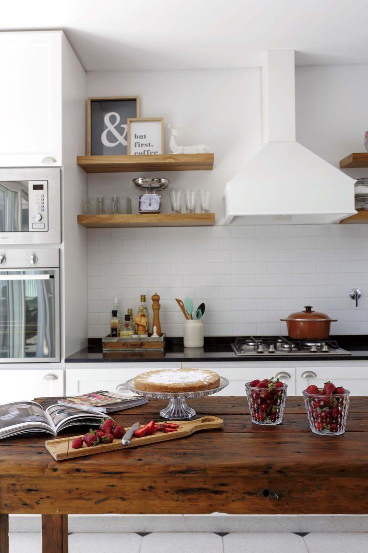 Cocina clara con toques rústicos en una casa en Nordelta. Gran mesón de madera que actúa como isla.