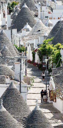 #Alberobello est une petite ville italienne de la province de #Bari, dans les #Pouilles, en #Italie. Elle compte environ 11.000 habitants et est célèbre pour ses constructions trulli uniques. Un Trullo est une cabane en pierre traditionnelle des Pouilles sec avec un toit conique. Leur style de construction est spécifique à la vallée d'Itria, dans la région Murge de la région italienne des Pouilles.