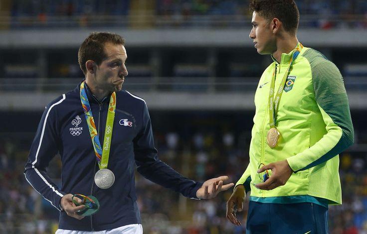 Renaud Lavillenie et Thiago Braz lors du podium du concours du saut à la perche à Rio, le 16 août 2016.