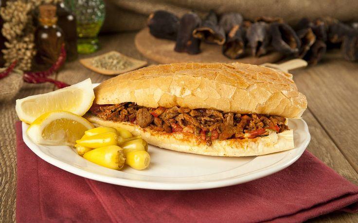 Mersin'e has etli bir dürüm çeşidi olan tantuni, sotelenecek etin kuyruk yağı ilaveli olmasına göre tantuni ya da biftek isimlerini alır, afiyetle yenir.