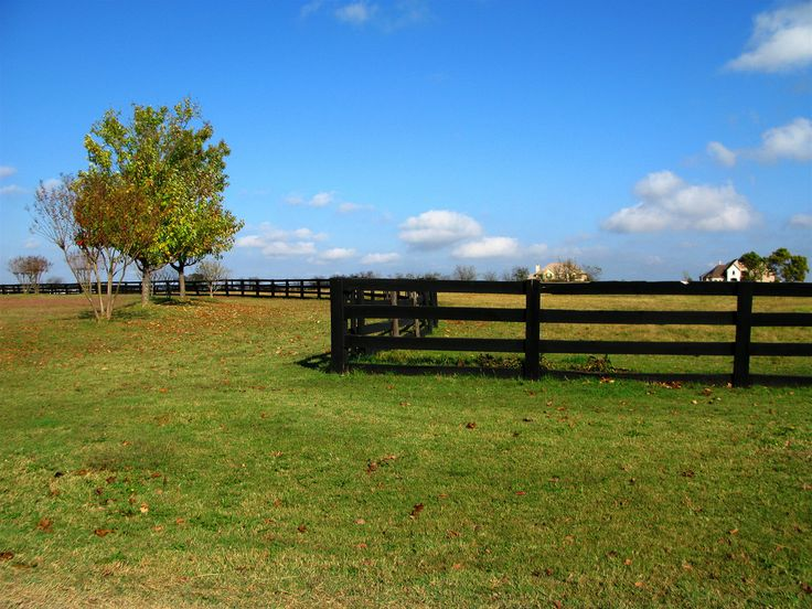 Ranches and farms backgrounds texas ranch with winding for Case con scantinati in texas