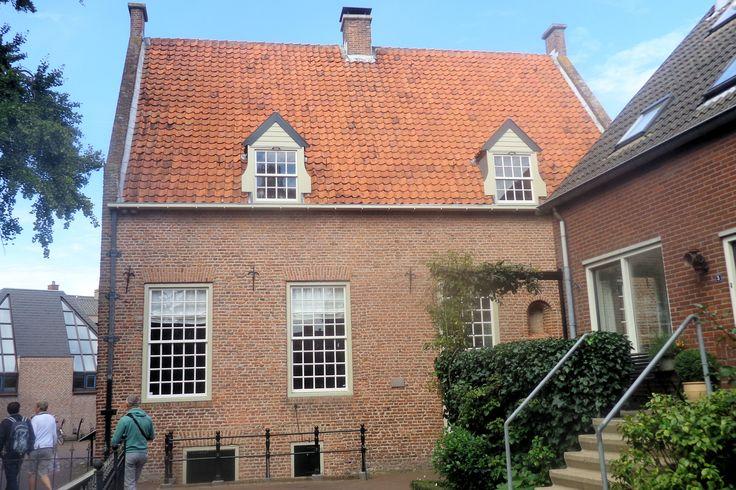 Het gebouw naast de kruidentuin werd in 1705 ingericht als laboratorium en anatomiekelder van de Academie. De hoogleraren in de geneeskunde gaven hier anatomielessen waarbij de studenten van bovenaf toekeken. Het gebouw heette daarom ook wel 'snijcamer'. De levenloze lichamen werden door de groene luiken naar binnen gebracht. Later werd het omgebouwd tot verwarmde kas, waar 's winters exotische planten werden geplaatst.