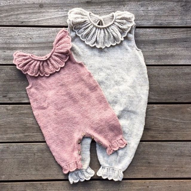 Our Daisy jumpsuit is now available in English at our website and on Ravelry! Available in sizes from 3 - 24 months #daisyjumpsuit #daisydragt #knittedromper #knittersofinstagram #knitting_inspiration #knitforgirls #knittingforolive