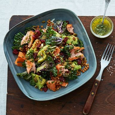 Rårissalladen med röda linser, råhyvlad morot, avokado, gremolata och flower sprouts. Sproutsen är en mild och vacker korsning mellan brysselkål och grönkål som smakar fint till varmrökt lax och gremolata.