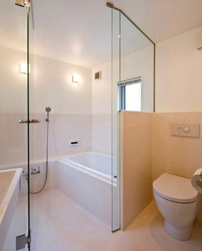 A pesar de que la casa es bastante pequeña, su cuarto de baño tiene unas dimensiones impresionantes.