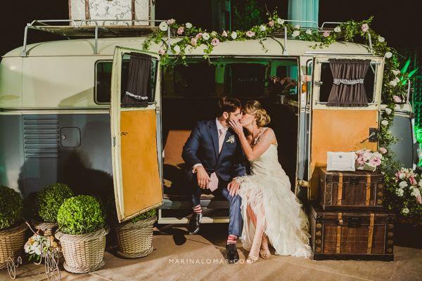 Casamento vintage com direito a kombi é tudo de bom!