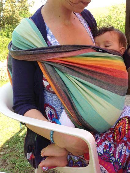 Allaiter bébé dans l'écharpe de portage