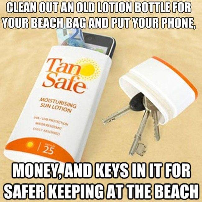 Limpie una vieja botella de un protector solar para su bolsa de playa y ponle dentro su teléfono, su dinero, sus llaves para estar más tranquilo en la playa