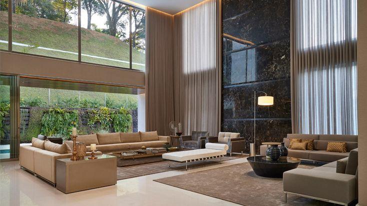Pé direito duplo da edificação foi valorizado pela arquiteta Estela Netto por meio de uma decoração confortável e elegante.