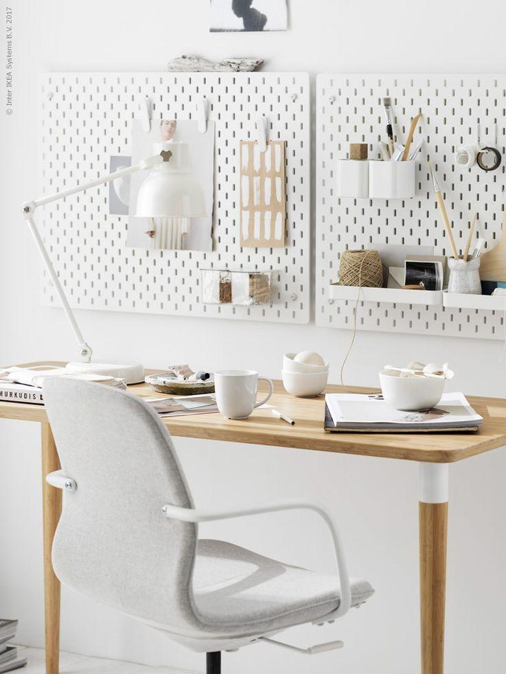 SKÅDIS förvaringstavlor är gjorda av återvinningsbara träfiberskivor och finns i vitt och natur i tre storlekar. SKÅDIS förvaringstavla, LÅNGFJÄLL vit arbetsstol här klädd i Gunnared beige, HILVER bord i bambu, HEKTAR arbetslampa med trådlös laddning, SKÅDIS klämma, SKÅDIS behållare, SKÅDIS behållare med lock, SKÅDIS hyllplan, SKÅDIS krok, OFANTLIGT skål, VARDAGEN mugg, GIVANDE godispåse natur.