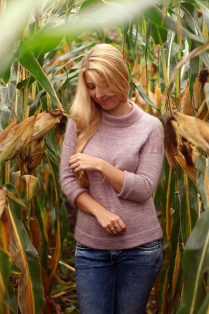Вязаный спицами женственный пуловер с воротником-стойка